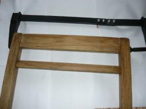 Стянутая струбциной передняя часть стула