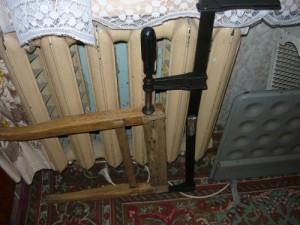 Сушка склеенных частей стула у батареи центрального отопления