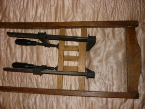 Вид на склеенные и зафиксированные струбцинами перемычки от спинки стула с обратной стороны