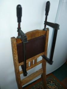 Вид на зафиксированные части спинки стула для склеивания струбцинами