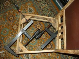 Фиксация трех чурок в царгах при помощи струбцин
