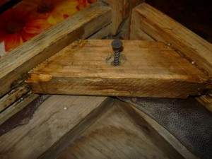 Соединение при помощи шурупа седушки и стула через чурку