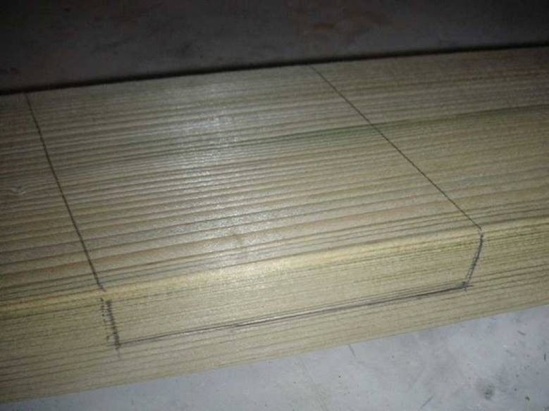 Вынимают на обеих дощечках древесину в обведенном месте на 1/2 толщины каждой доски