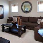 коричневый диван с мягкими подушками