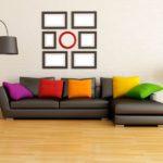 серо-коричневый диван с яркими подушками