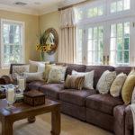 диван с множеством светлых подушек