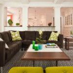 большие картины с коричневым диваном в гостиной
