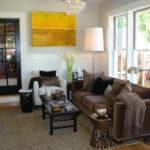 большая карти и коричневый диван в интерьере