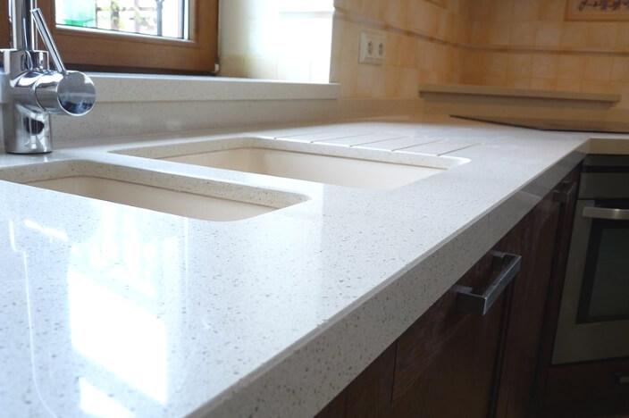 Светлая кухонная столешница из искусственного камня
