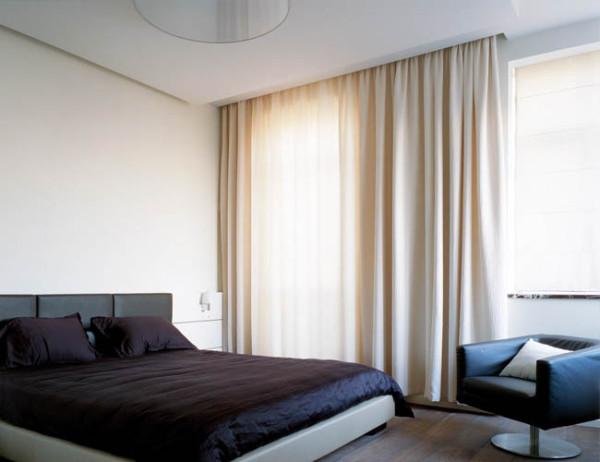 Выбор карнизов для штор во многом зависит от геометрии и размеров помещения, так, например, прием со специальной нишей в потолке визуально увеличивает габариты комнаты