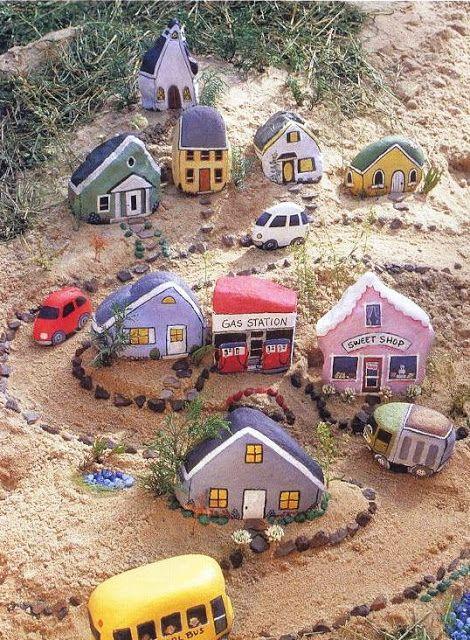 Городок из песка и камней для детей