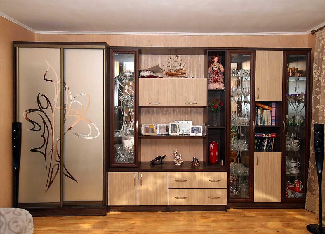 яркий стиль гостиной комнаты со стенкой для обуви