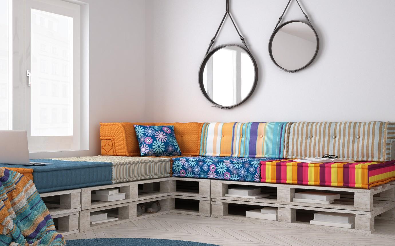 Диван из деревянных поддонов угловой с разноцветными подушками