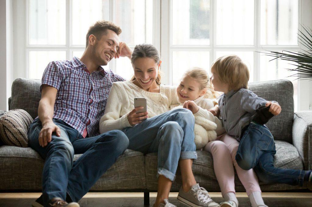 Семейная пара, дети и скрип дивана