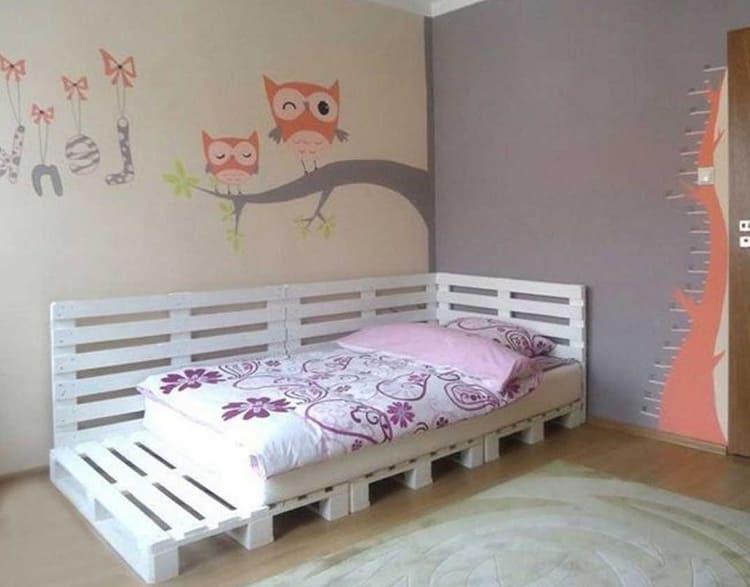 Детская кроватка из поддонов