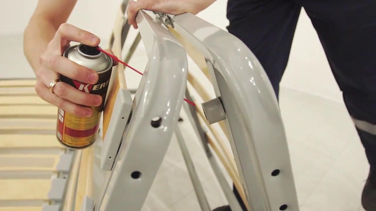 Смазываем силиконовым гелем конструкцию дивана