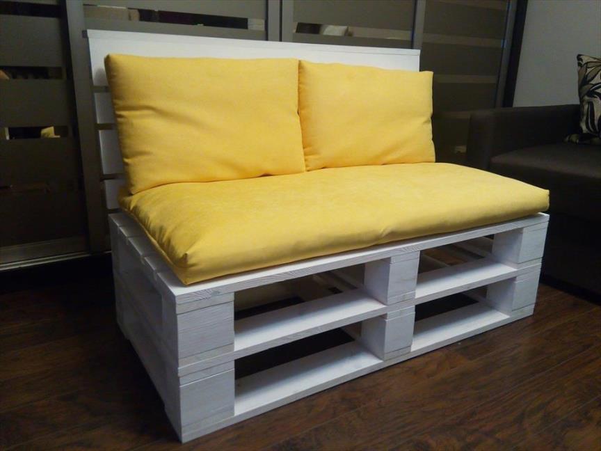 диван из деревянных поддонов желтые подушки