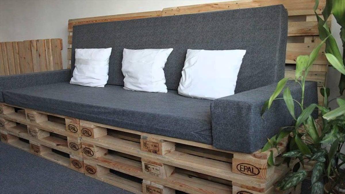диван из деревянных поддонов серый