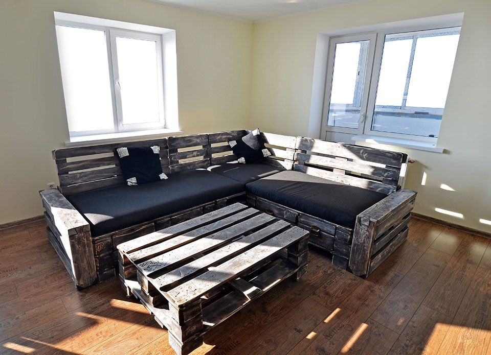 Угловой диван из поддонов черный матрас и стол