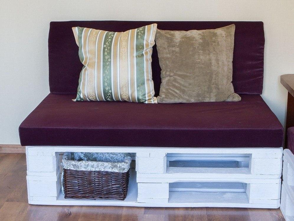 диван из деревянных поддонов бордовый