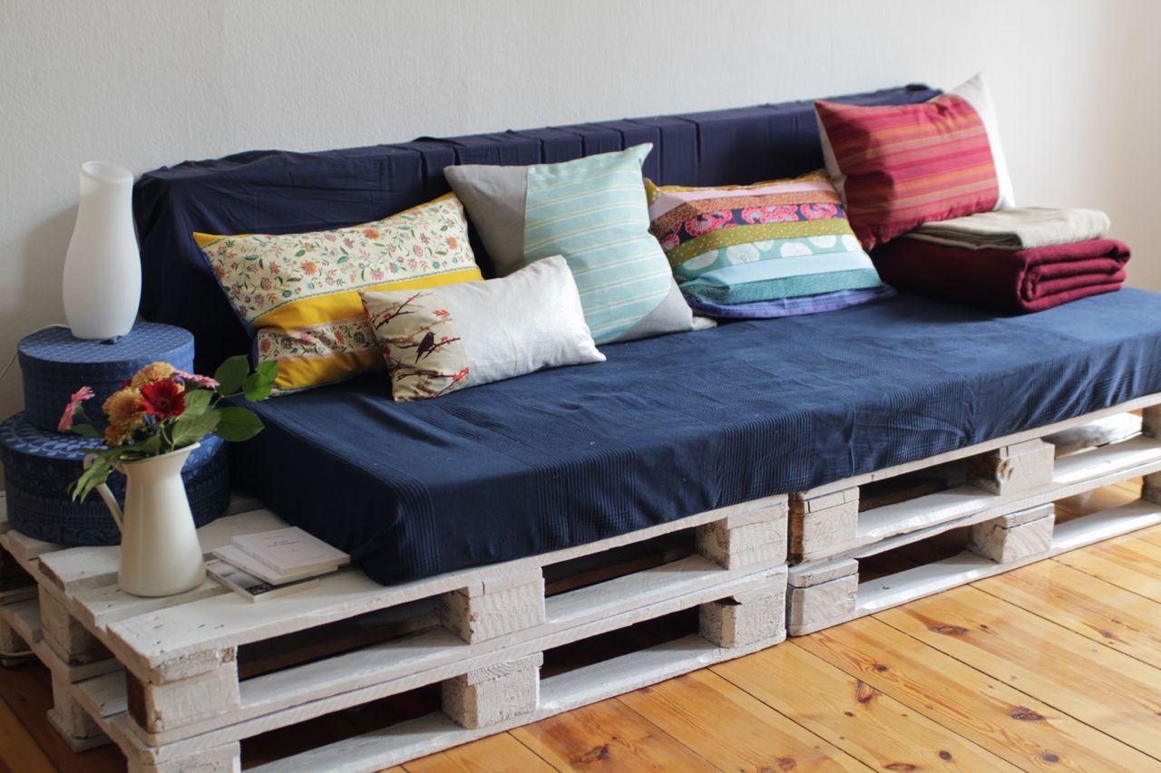 диван из деревянных поддонов синий