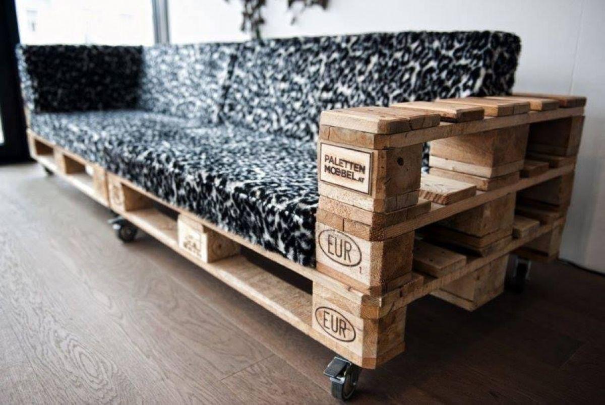 диван из деревянных поддонов пестрый