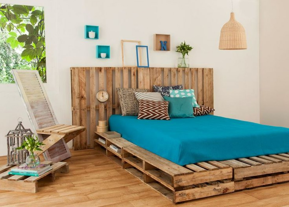 Кровать из поддонов двухспальная синяя