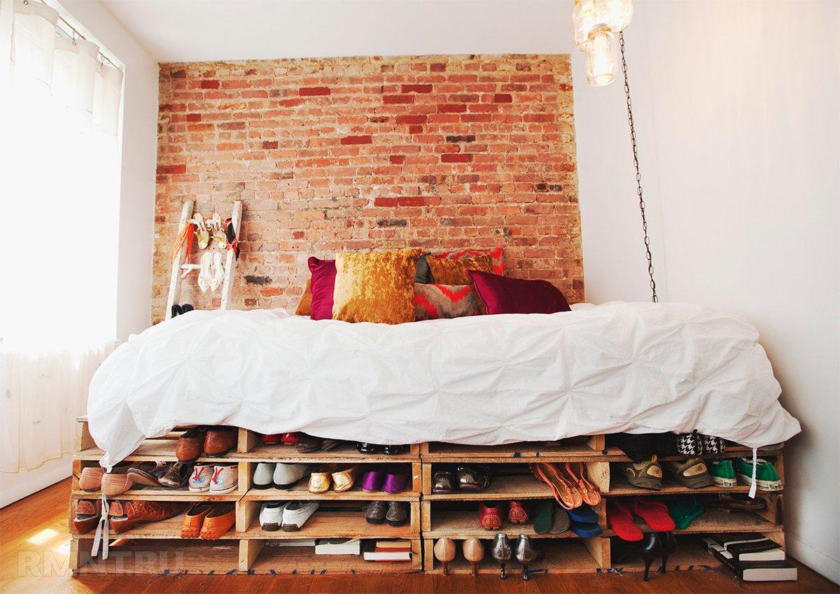 Кровать из поддонов двухспальная с полками