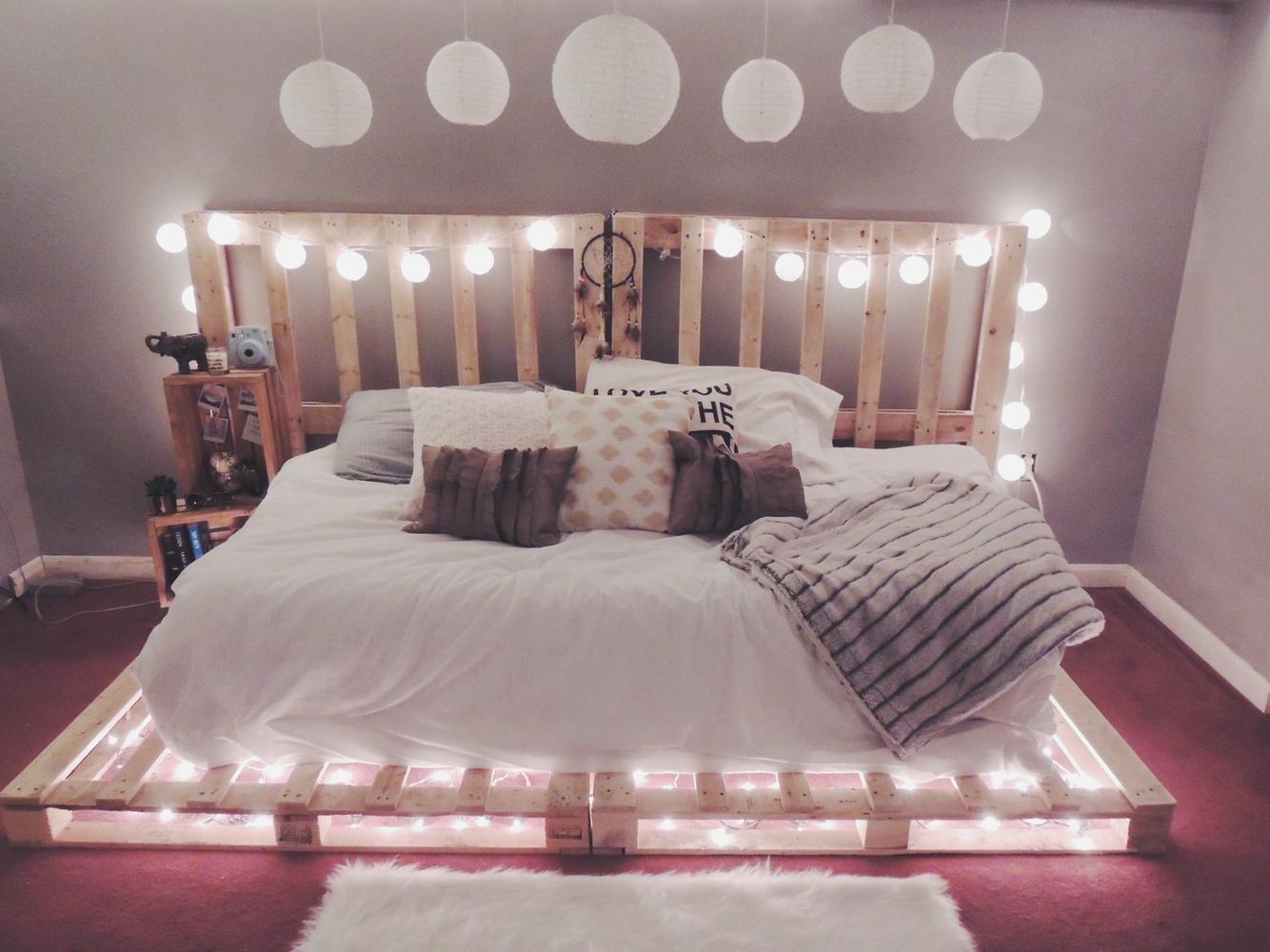 Кровать из поддонов двухспальная новогодняя