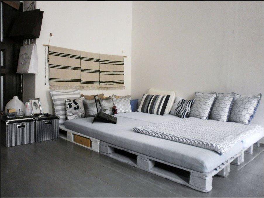 Кровать из поддонов серая двухспальная