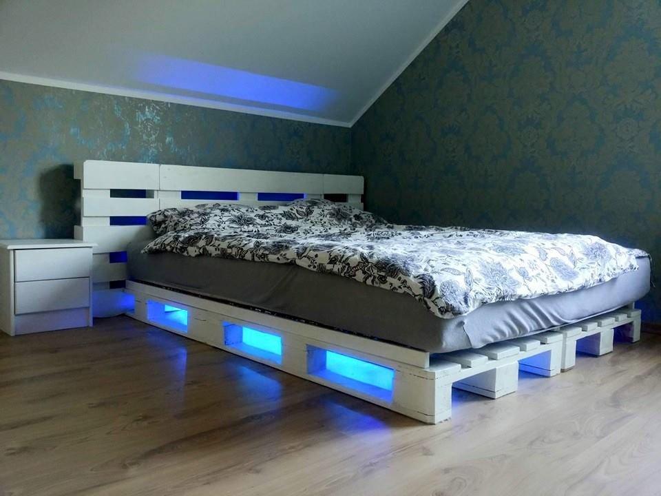 Кровать из поддонов с синей подсветкой