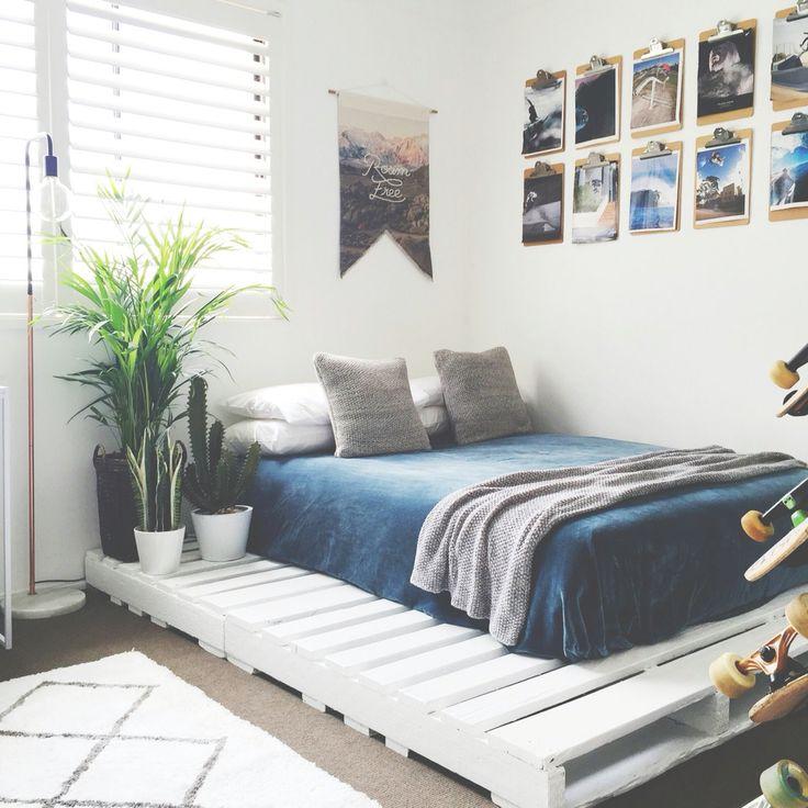 Кровать из поддонов двухспальная синяя с покрывалом