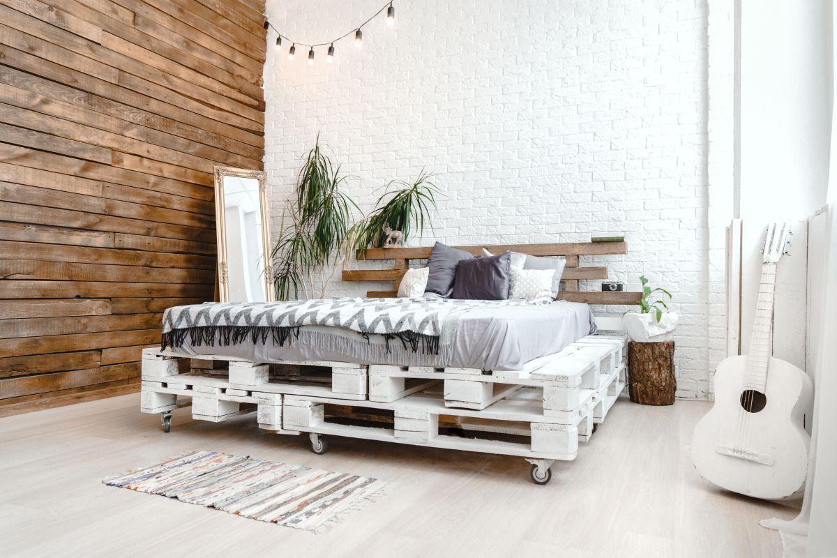 Кровать из поддонов двухспальная на колесиках