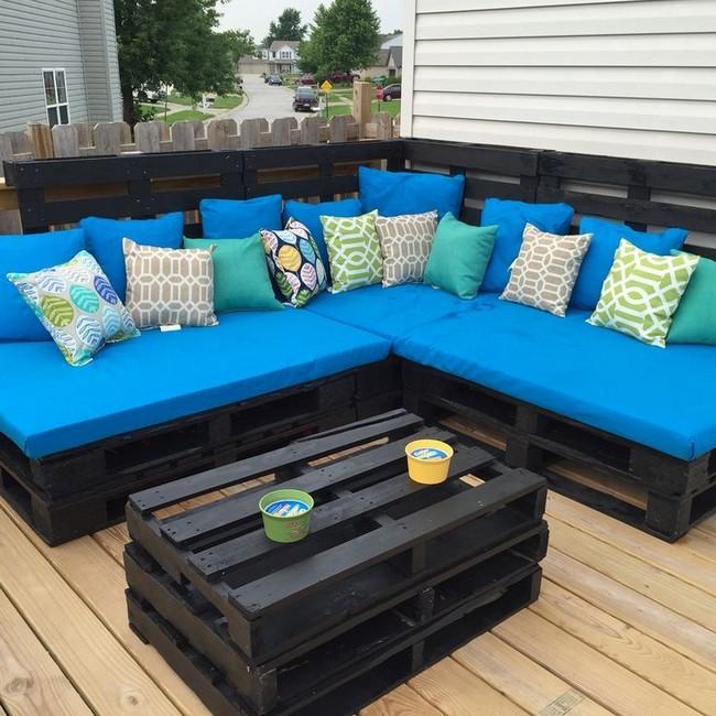 Угловой диван из поддонов синий матрас с подушками на даче