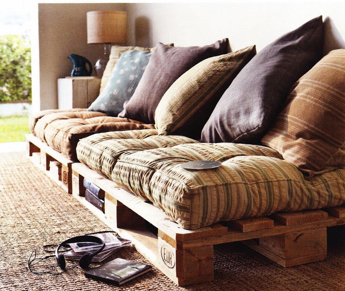 диван из деревянных поддонов коричневый