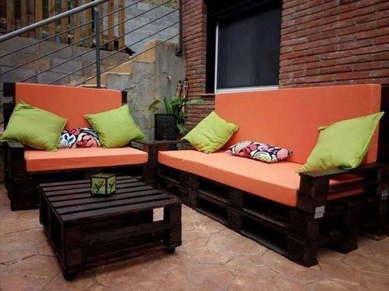 диван из деревянных поддонов черный в кафе