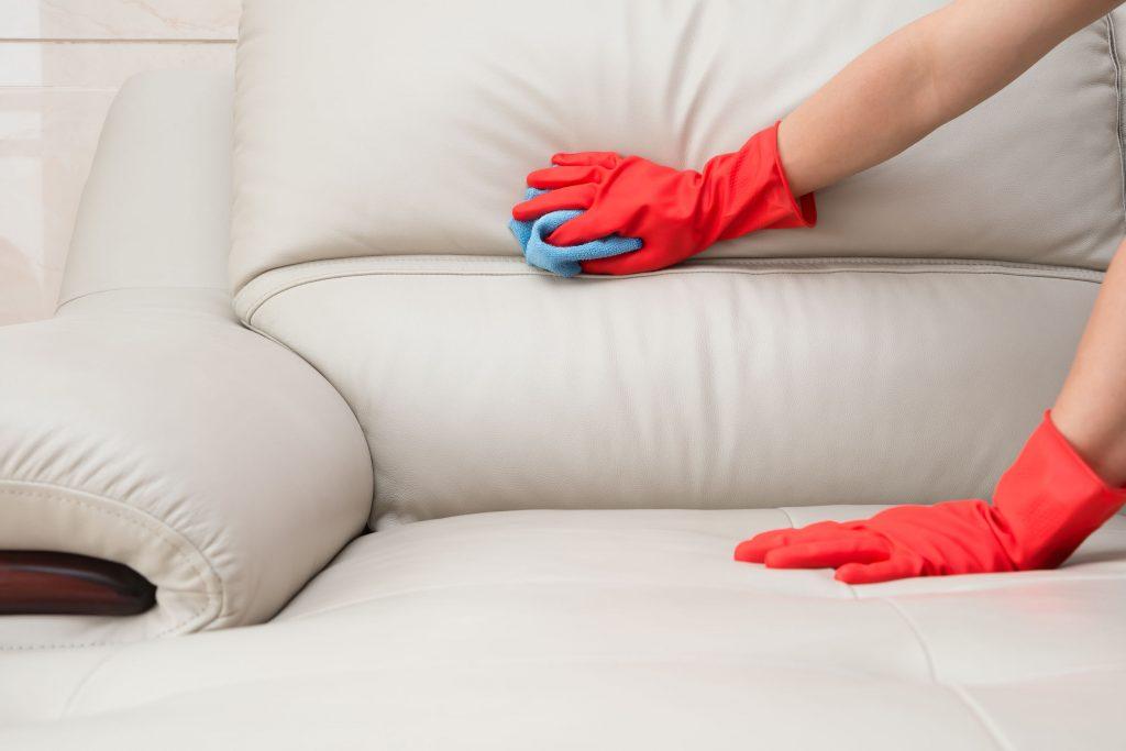 Чистка дивана из кожи