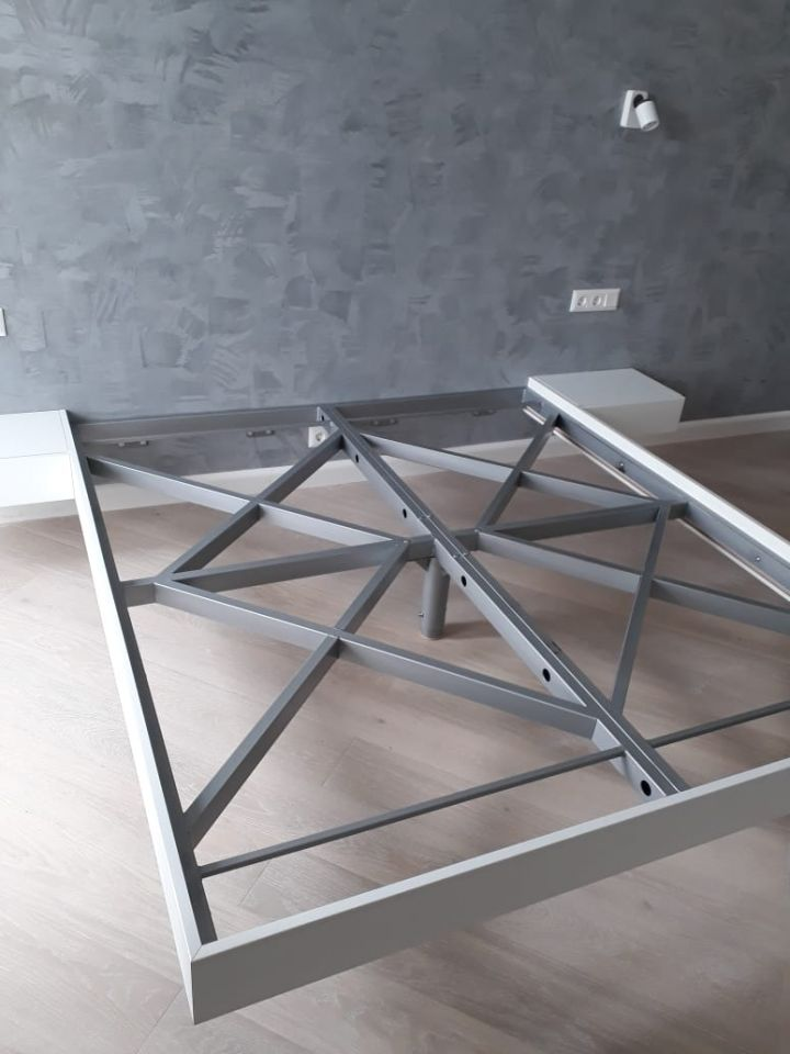 Парящая кровать металлическая