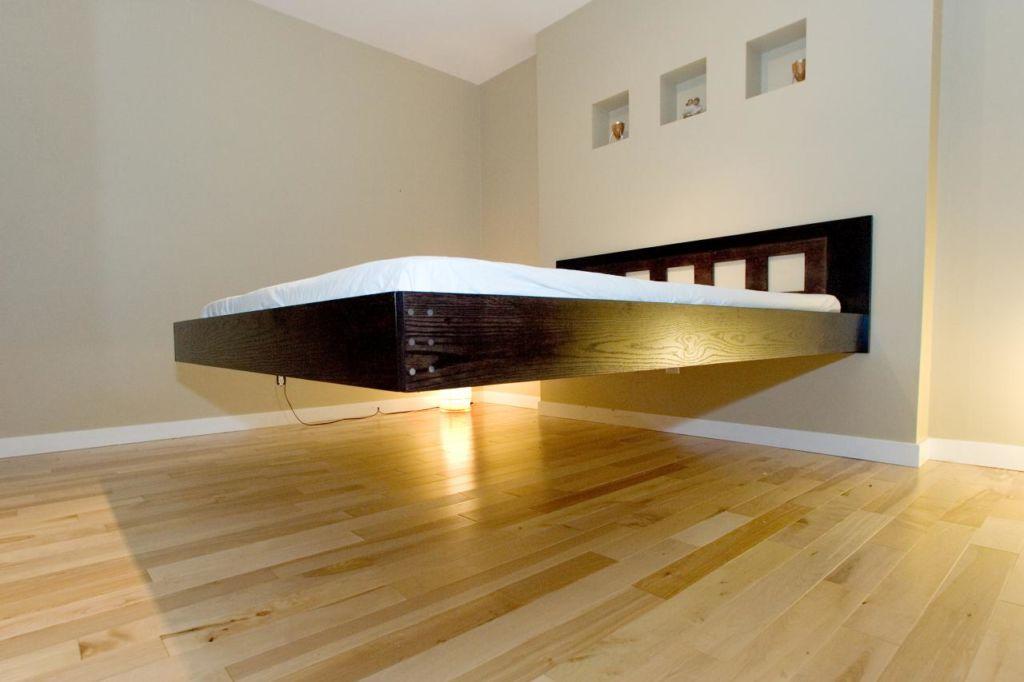 Парящая кровать с прикрепленной спинкой к стене