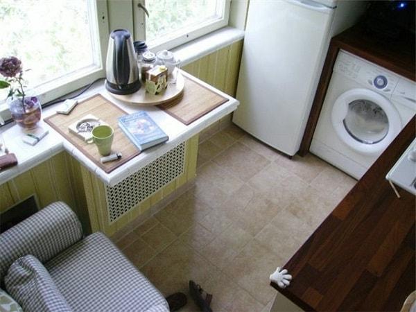 Стол на подоконнике для маленькой кухни
