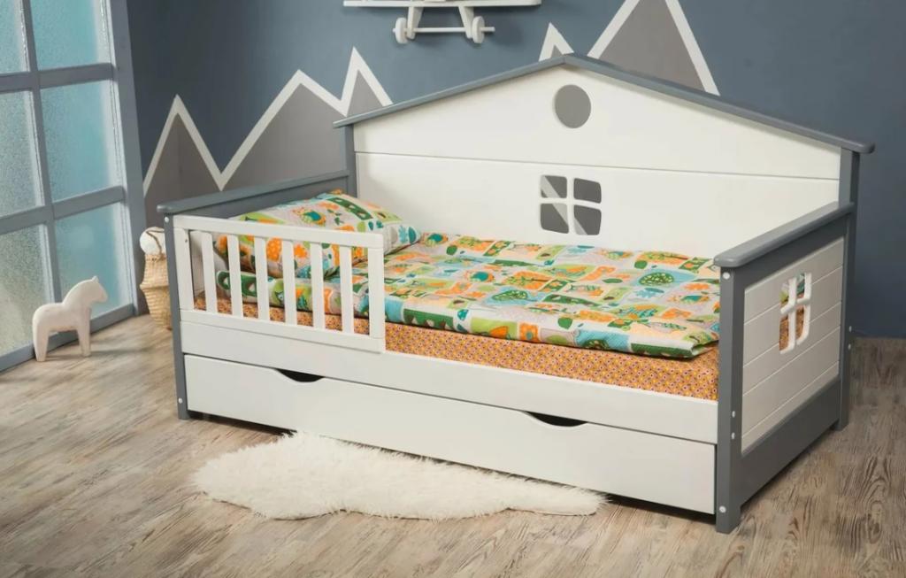 Фото: Варианты детских кроватей с бортиком от падения